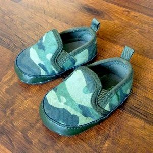 Old navy camo baby boy crib shoes 0-3 months